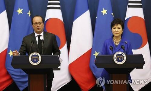 资料图片:法国总统奥朗德与韩国总统朴槿惠(韩联社)