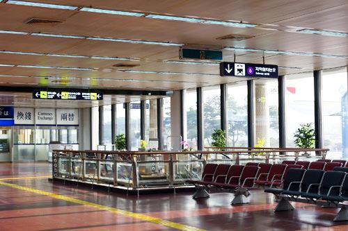 1.乘坐入境口(1层)左前方的电梯前往地下1层