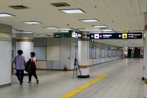 2.一直前行,在前方有地铁乘车站标识的地方向左转