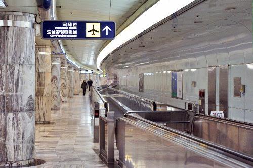 2.在设置有平行电梯的长长通道上一直前行