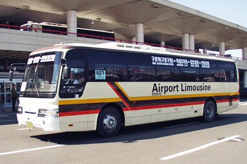普通机场大巴(费用在5,000〜6,000韩元之间,四列座席)