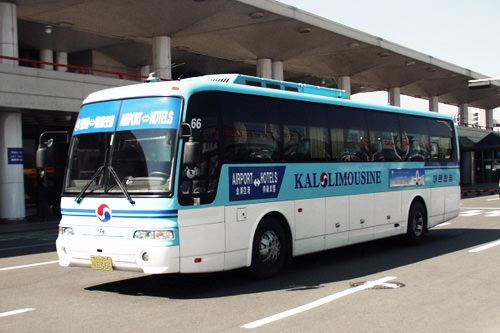 高级机场大巴(包括KAL机场大巴)(费用在7,500韩元左右,三列座席)