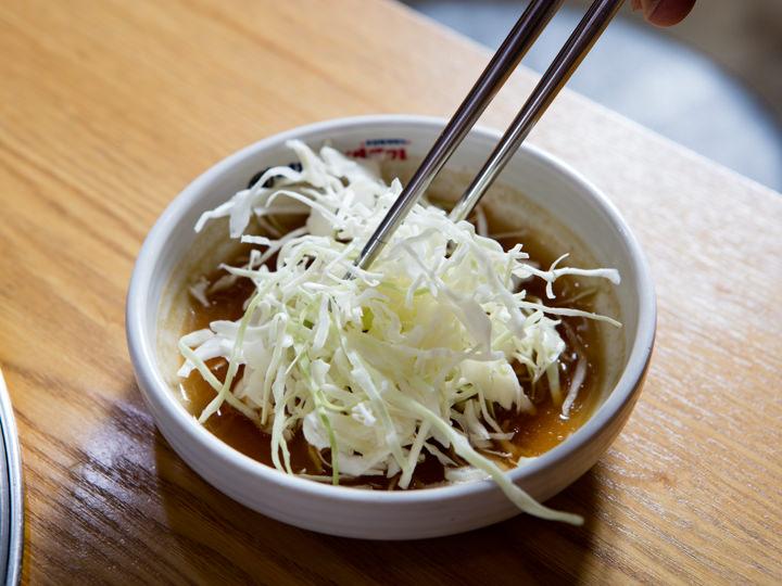 1. 首先在蘸料中加入切丝的洋白菜