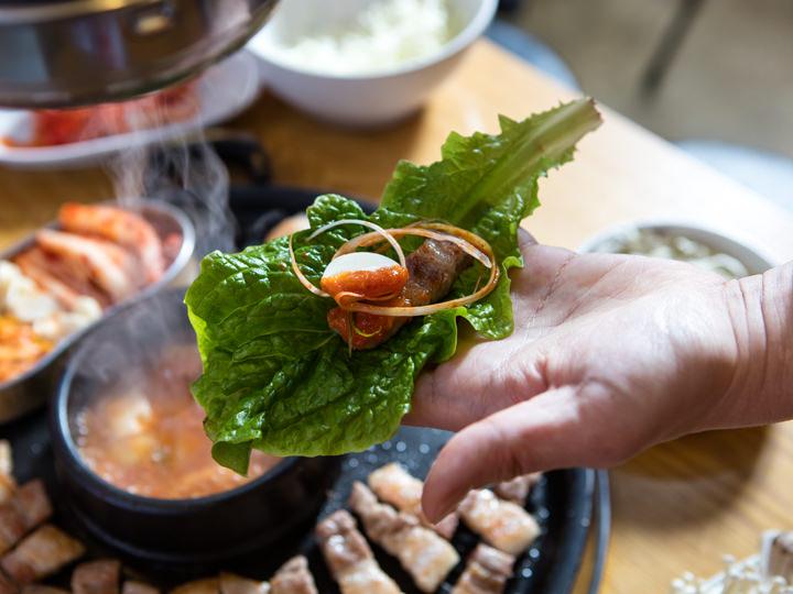 3. 根据自己的喜好添加拌葱丝、蒜片、以及铁盒中的豆芽与辣白菜