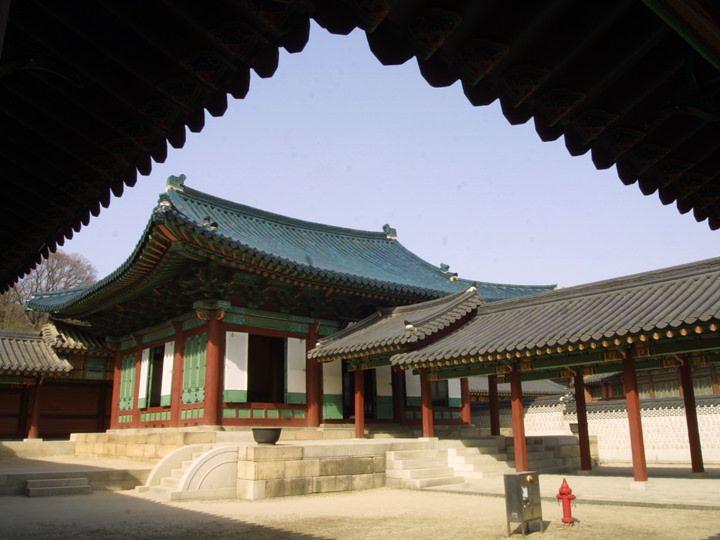 """現存的宮殿中唯一一座藍瓦鋪設的""""宣政殿"""""""