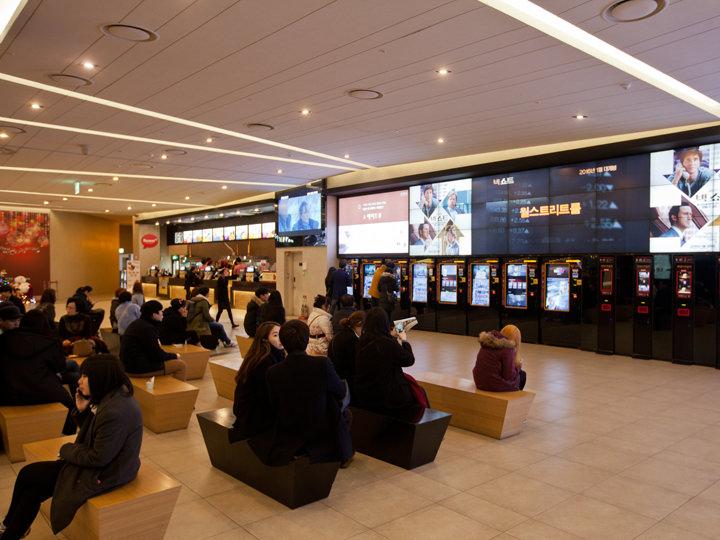 乐天电影院建大入口店上到2层便是拥有12个放映大厅的乐天电影院建大