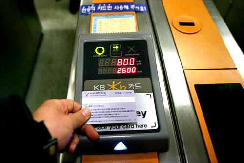 """地铁 将卡放到检票机传感器上,听到""""bi""""的一声响,金额就被扣除了。出站时需要像进站时一样再刷一次卡。在刷卡器读卡时, 上方显示支付金额、下方显示卡中的余额。需要注意进入地铁时必须1人1卡,2人不能使用同一张卡。"""