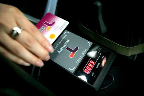 """出租车 并非所有出租车都能用T-money卡支付,但凡是带有""""T-money""""标志的出租车都可以使用T-money卡支付。当出租车到达目的地后,我们可以对司机说""""用T-money卡支付""""(티머니로 해주세요/T-money路嗨租赛哟)。"""