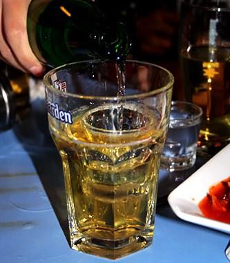 喝酒的木头茶杯图片