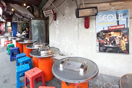 油桶桌以及塑料座椅能让人体验到韩国传统烤肉的氛围