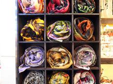 丝巾的陈列方式很独特图片